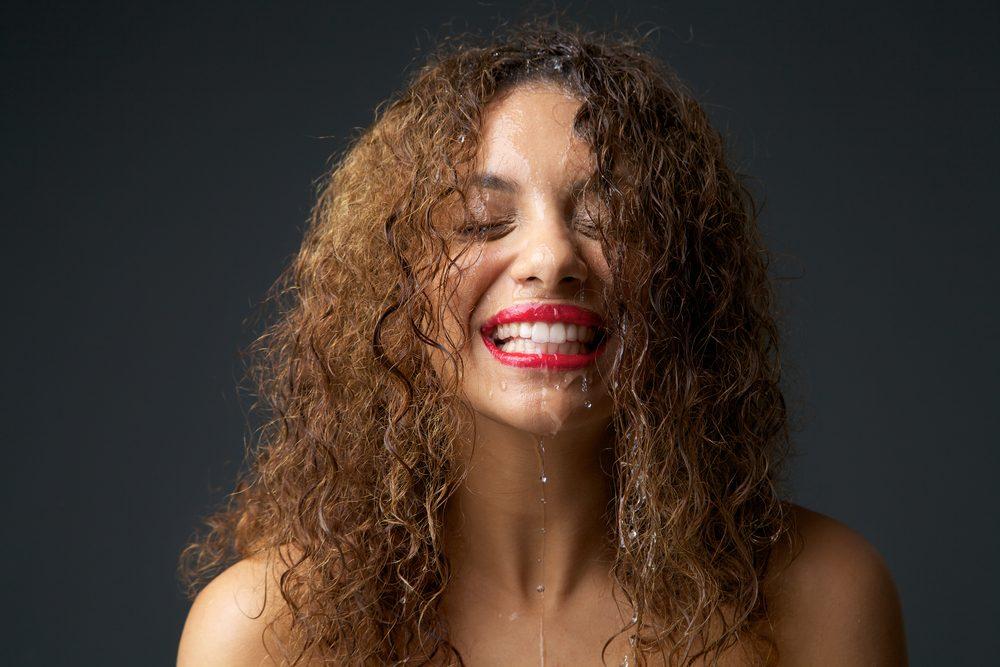 Le sel d'epsom empêche les cheveux de friser.