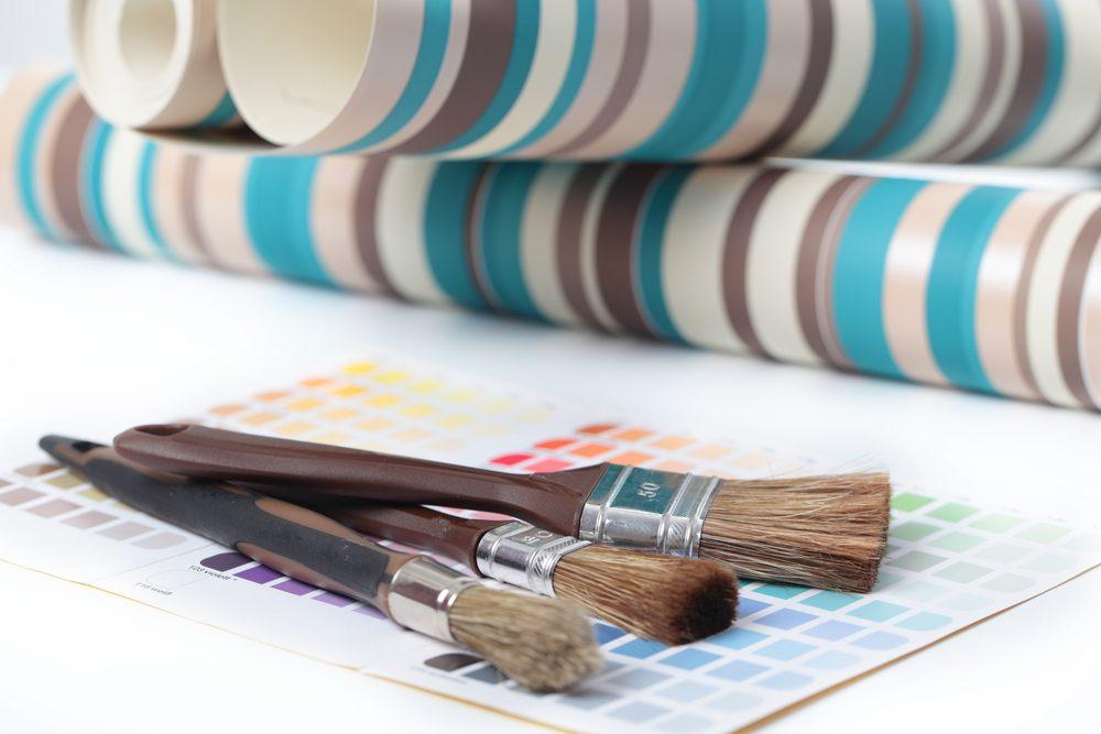 2. Ramollissez la colle du papier peint pour mieux l'enlever