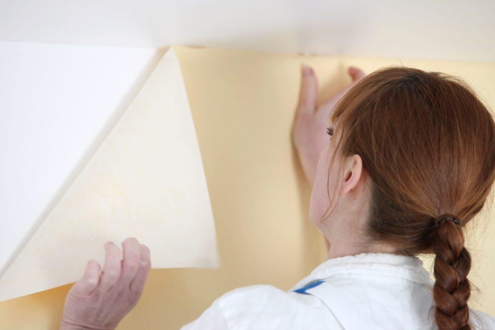 5. Envisagez les produits chimiques pour enlever le papier peint
