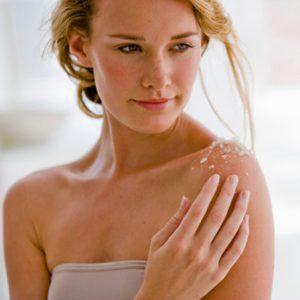 1. Exfoliez votre peau régulièrement