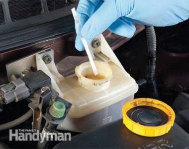 Vérifiez l'état de votre liquide de frein.  Photo 1: Tremper la bandelette