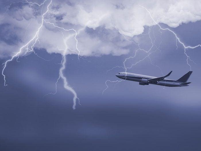Il est fréquent que la foudre frappe un avion