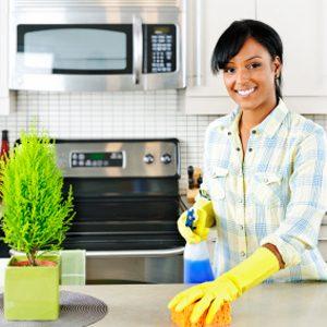 7. Faire le ménage alors qu'il reste des invités