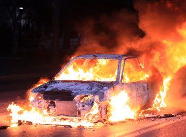 Fournaise sur roues : trois femmes prisonnières d'une voiture en feu!