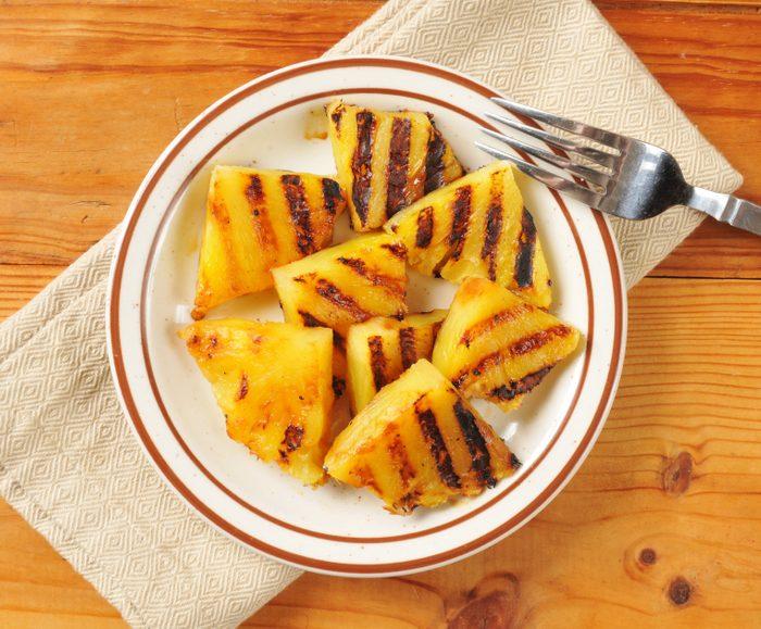 Intégrez les fruits sur le gril dans vos repas santé