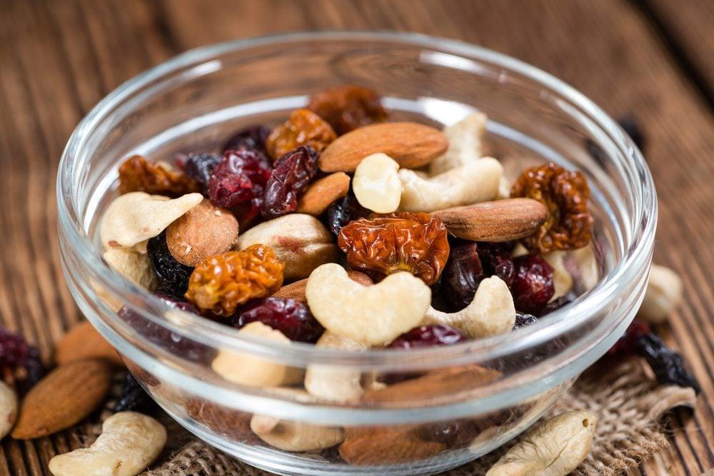 Fruits secs et noix: à consommer avec modération au déjeuner.
