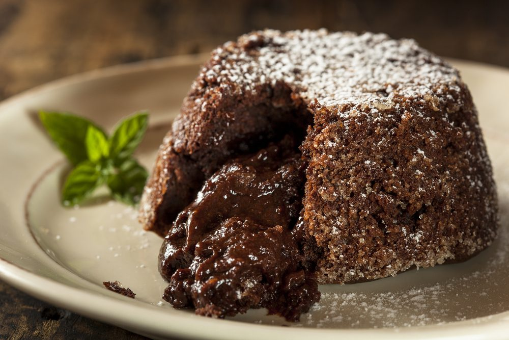 Une recette de gâteau au chocolat au centre coulant avec de l'aubergine