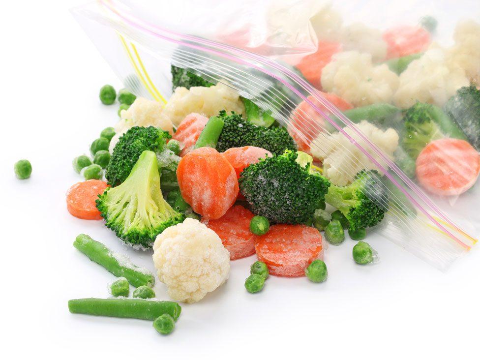 Légumes surgelés au congélateur.