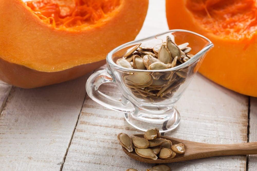 Les graines de citrouille soulage les symptômes de la vessie irritable et l'hypertrophie bénigne de la prostate.
