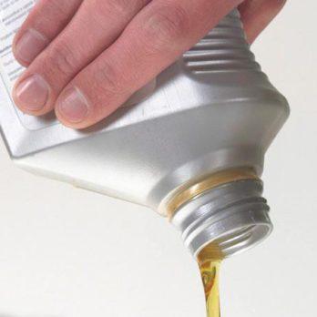 Entretien auto: Comment verser l'huile à moteur correctement