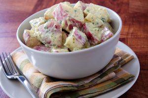Salade de pommes de terre, vinaigrette à la dijonnaise