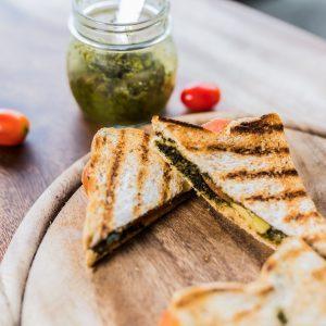 Sandwich à la mozzarella, aux tomates et au pesto