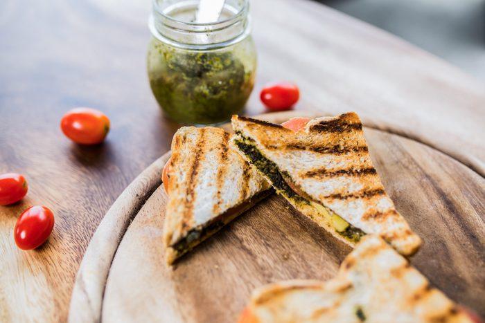 Idée pour votre boîtes à lunch : un sandwich aux tomates et pesto.