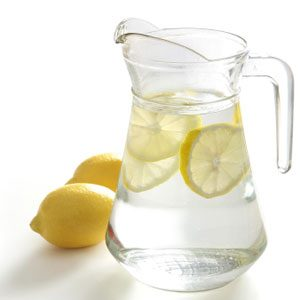 1. Buvez un verre d'eau citronnée pour commencer la journée