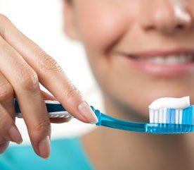 3. Tenez votre brosse comme un crayon