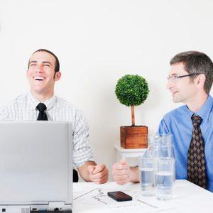Comment rire des blagues de votre patron