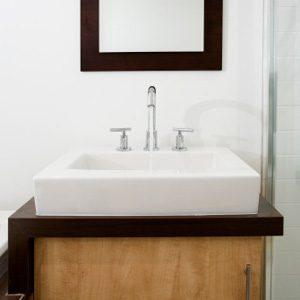 Dans la salle de bains