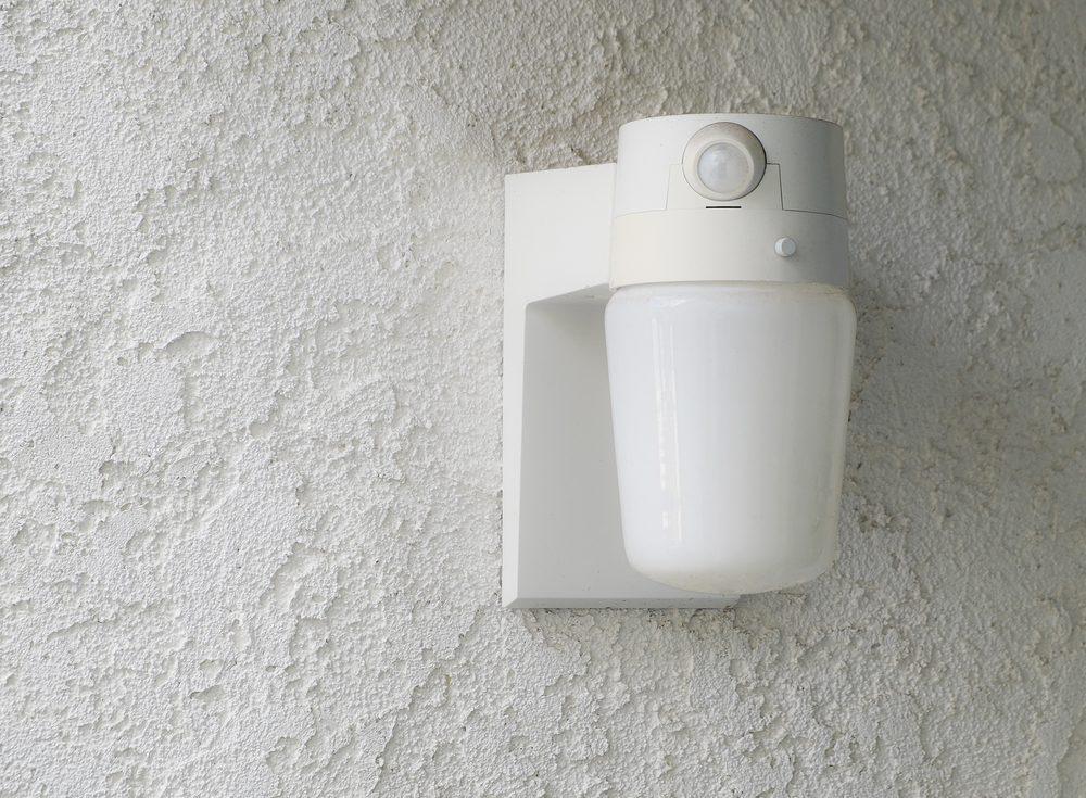 Opter pour un éclairage à détecteur de mouvement pour rénover la salle de bain.