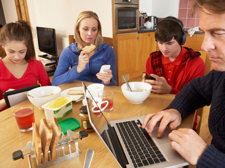 Inconvénient des médias sociaux : passer moins de temps de qualité avec ceux qu'on aime