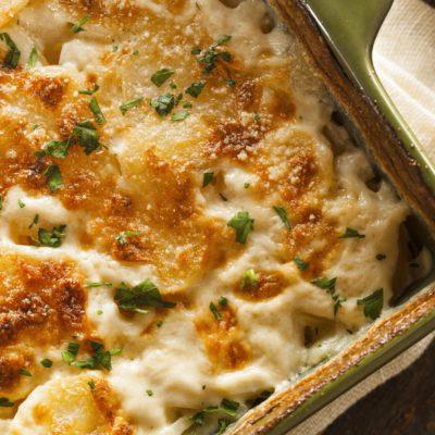 Voici une délicieuse recette de gratin avec des pommes de terre.