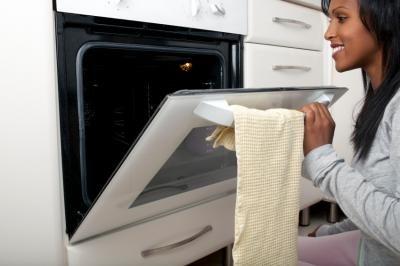 Nettoyez votre four avec les 10 meilleurs trucs - Nettoyer les grilles du four ...
