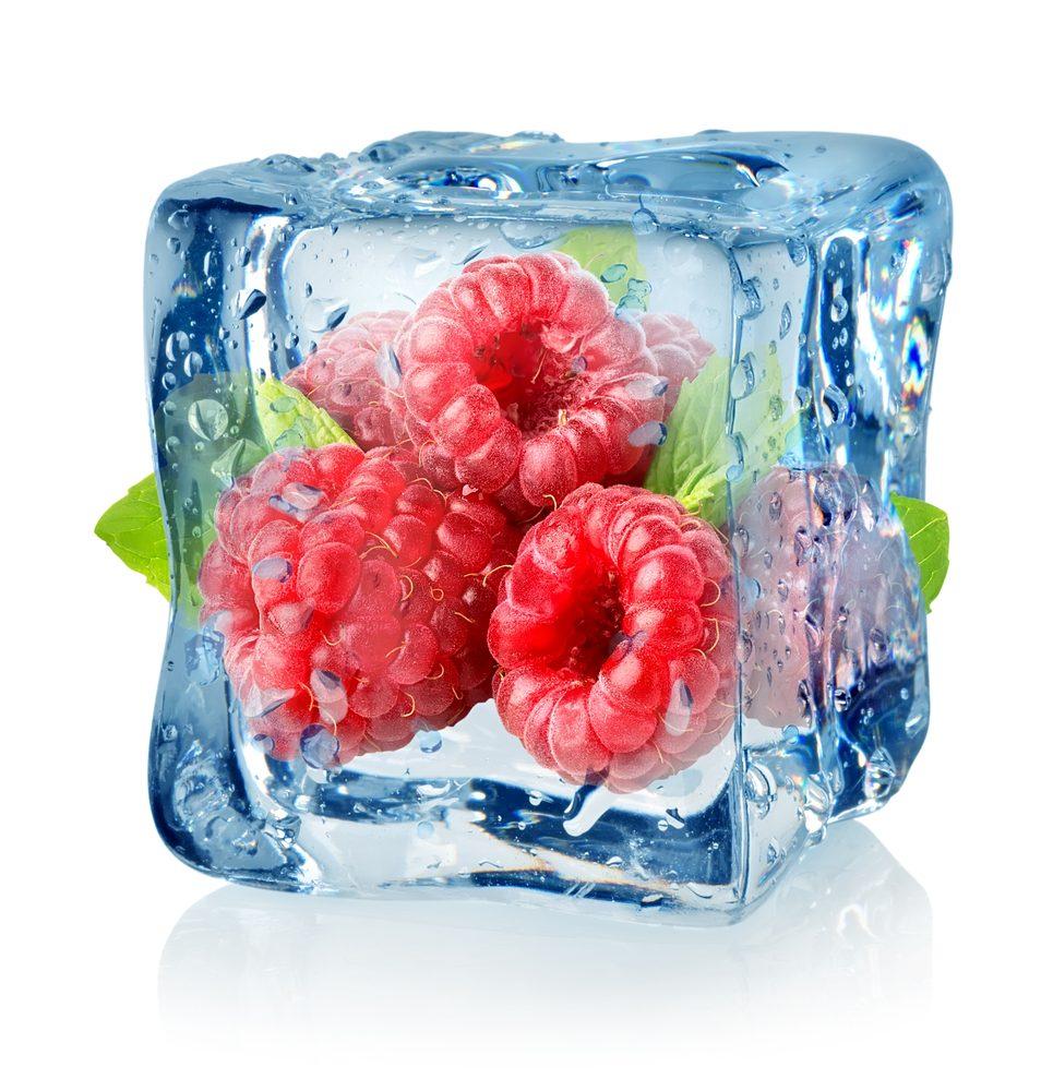 4. La meilleure recette d'eau parfumée aux arômes naturels sous forme de glaçons à la framboise et à l'ananas