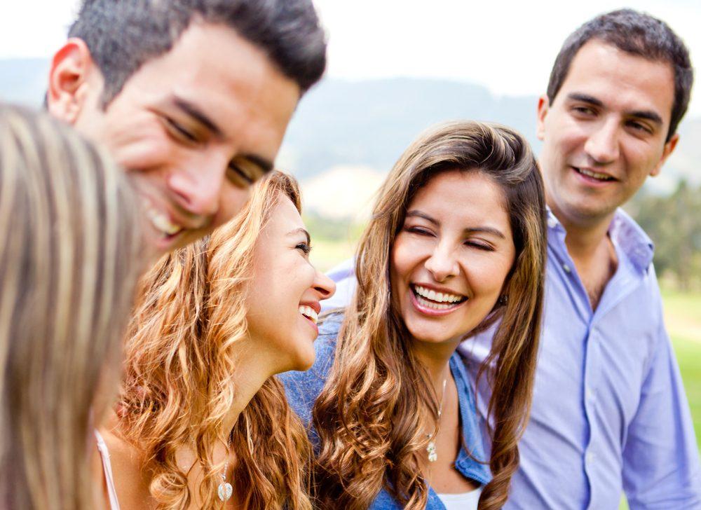 Le mensonge des hommes pour séduire une femme:« Évidemment que j'aime tes amis! »