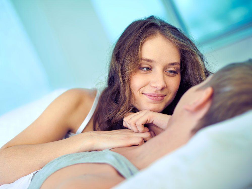 Les hommes mentent souvent aux femmes sur le sexe...« Chérie, tu es la meilleure. »