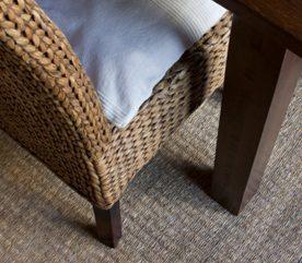 Décollez les traces de pieds de meubles à coup de jets de vapeur