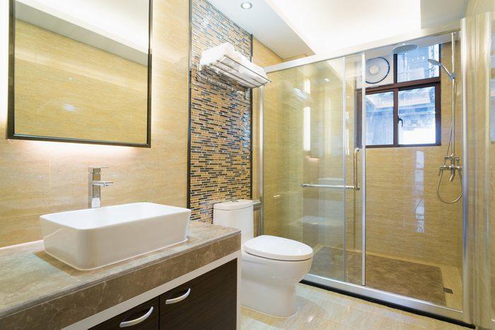 Installer une mosaïque dans la douche pour rénover la salle de bain.