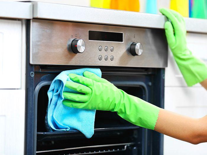 Découvrez les meilleurs trucs pour le nettoyage de votre four.