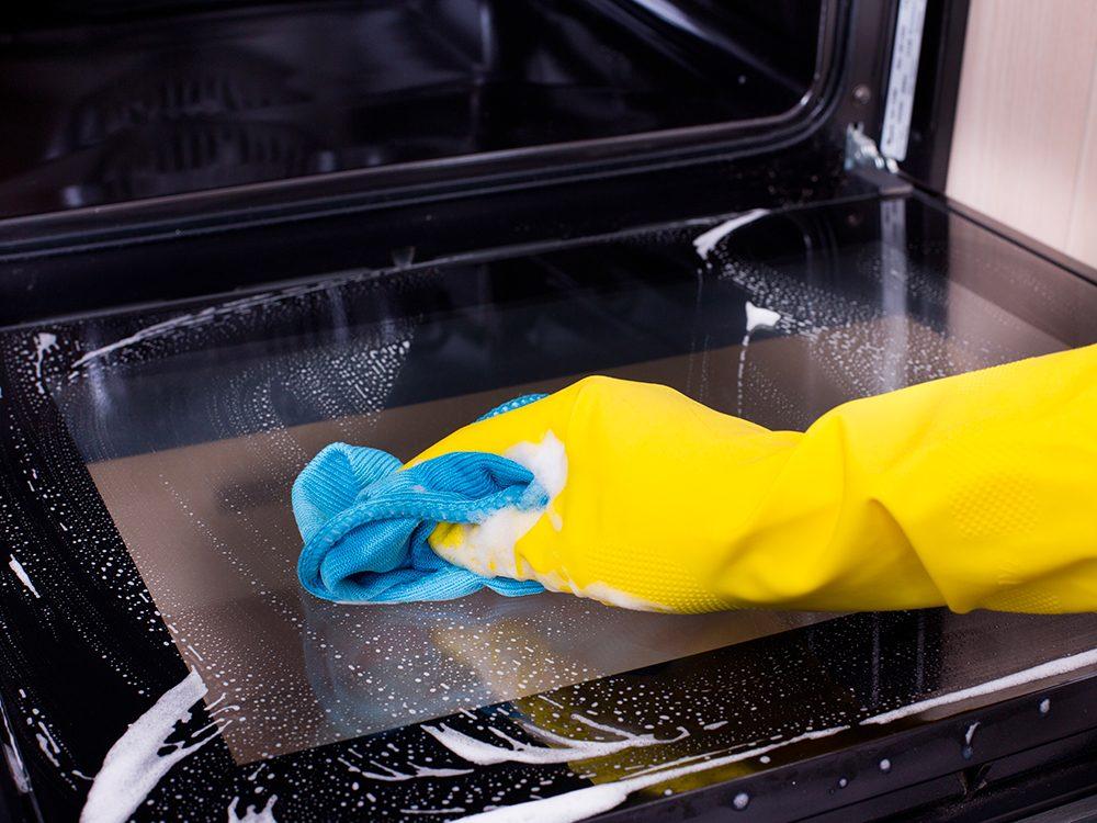 Utilisez du vinaigre pour le nettoyage de votre four.