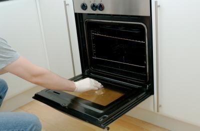 Laisser ce nettoyant maison pour le four faire le travail durant la nuit