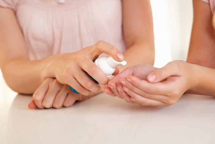 5. Nettoyez l'argent efficacement avec du désinfectant pour les mains