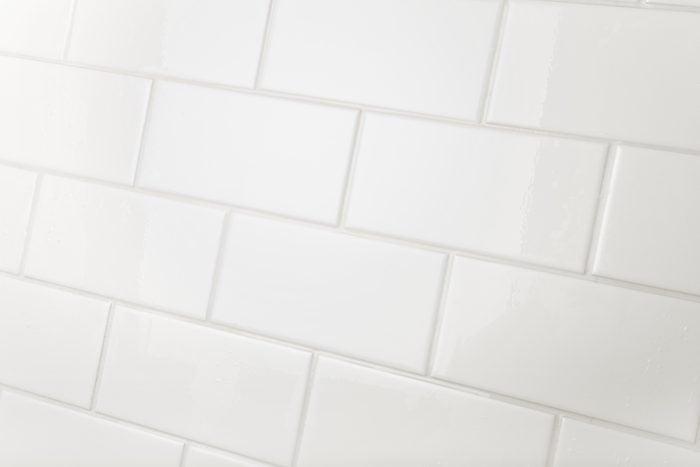 Le sel d'epsom est utile pour nettoyer le carrelage de la salle de bain.