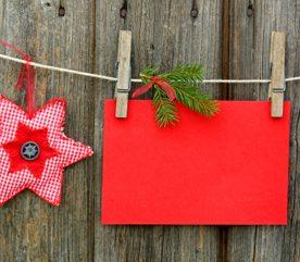 2. Fixer des guirlandes de Noël