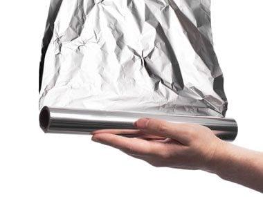 Le papier d'aluminium: pour nettoyer l'argenterie