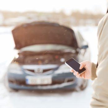Auto en panne : les étapes pour démarrer une batterie à l'aide d'un chargeur