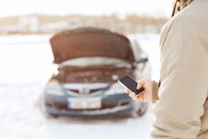 Batterie d'auto à plat : redémarrez-la avec un chargeur
