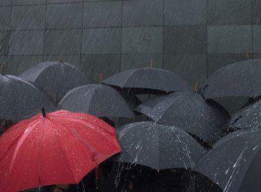 Ouvrir un parapluie dans la maison
