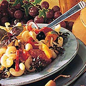 Salade de pâtes aux fromages et au salami piquant