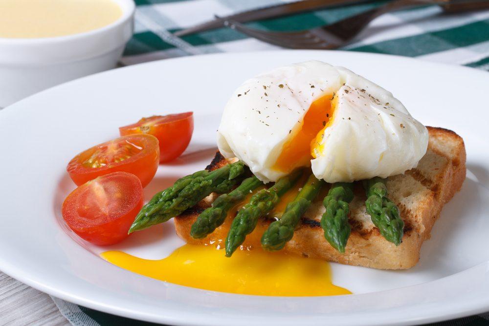 Déjeuner efficace pour maigrir: Toast aux oeufs et asperges.