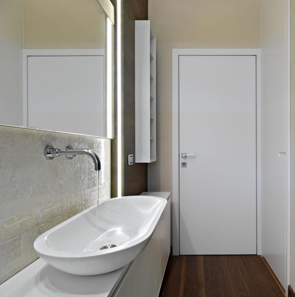 Le dessus de la porte de la salle de bain : un espace à exploiter