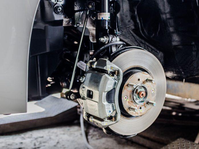 Procédure pour vérifier l'état des plaquettes et rotors de freins