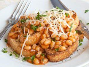 2. Les fèves au lard, une réconfortante recette classique du Québec