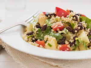 Bol de légumes rôtis et haricots noirs