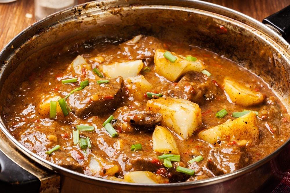 Un plat traditionnel canadien à essayer : le ragoût de pattes de cochon