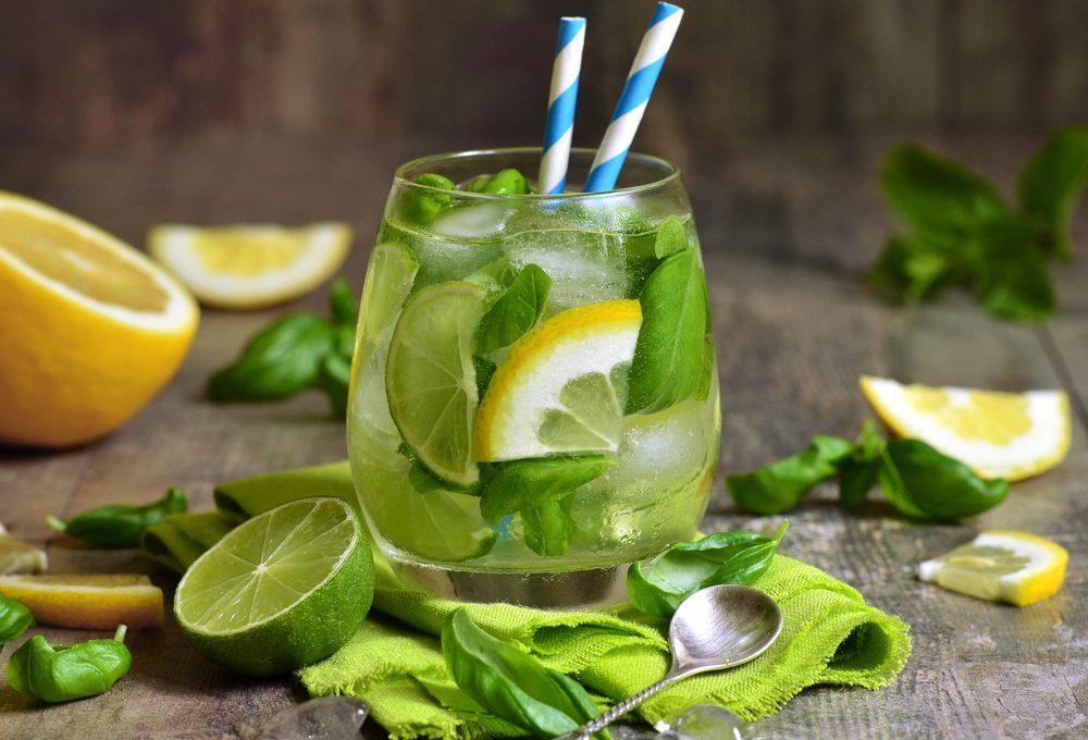 6. La meilleure recette d'eau parfumée aux arômes naturels avec des tranches de citron vert et basilic