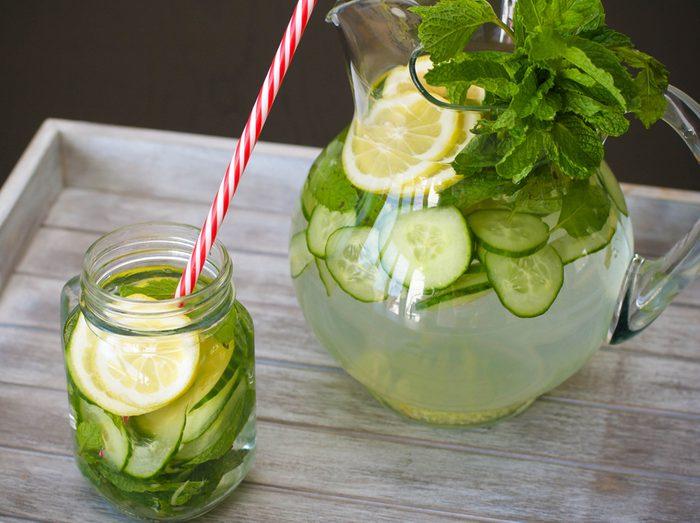 9. La meilleure recette d'eau parfumée aux arômes naturels avec des tranches de concombre et citronnelle