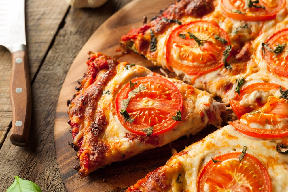 Une recette de pizza légère avec croute de chou-fleur
